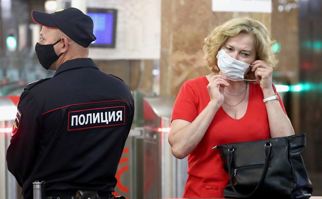 На «Савеловской» не пускают пассажиров метро без перчаток