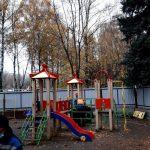 Застройщик Березовой аллеи начал разбирать детскую площадку, как минимум одного человека задержали