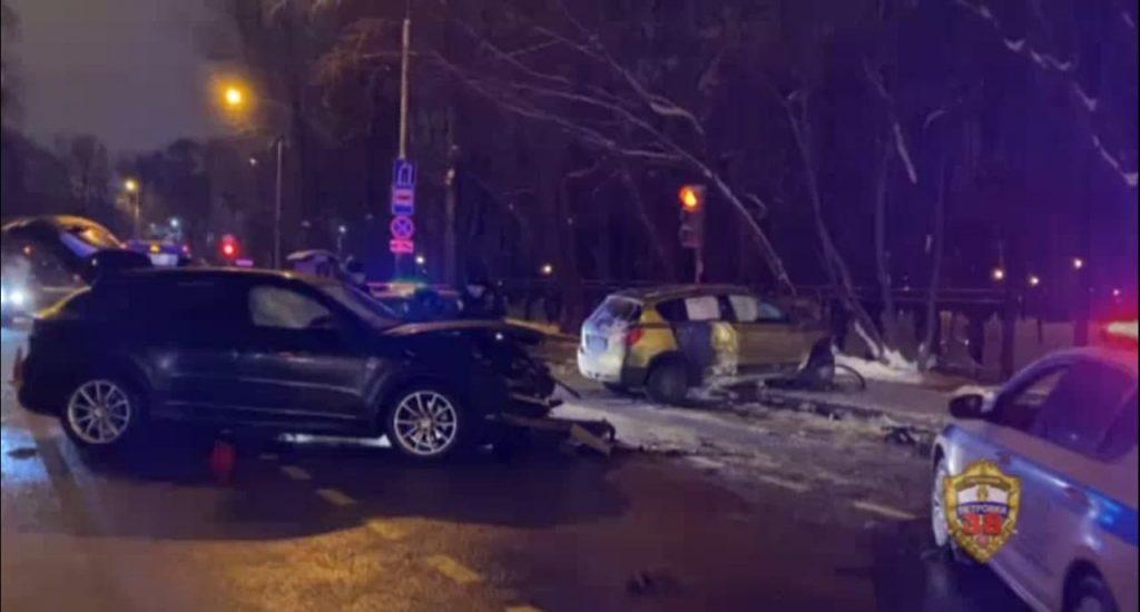 На севере Москвы злоумышленник угнал машину, угрожая пенсионеру отверткой, и разбил ее в ДТП